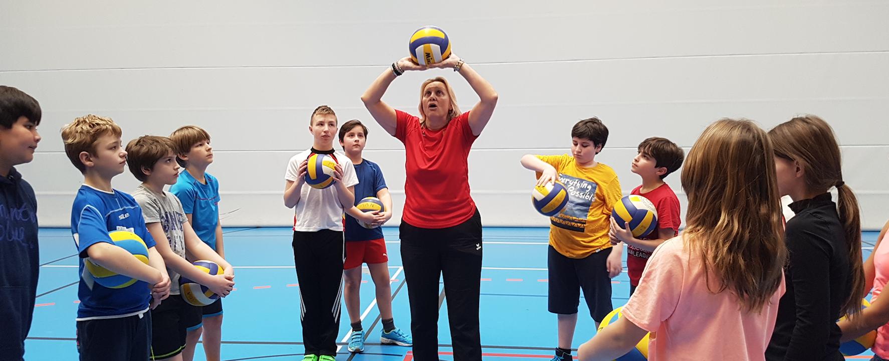 Volleyballtrainerinnen des LSV zu Besuch im Sportunterricht an der KRS